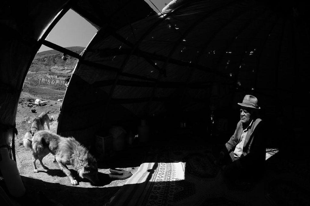 هر شب با یک هنرمند، معرفی و آثار اکبر مداحی گیوی لینک : https://ardabilvas.ir/?p=9407 👇 سایت : ardabilvas.ir اینستاگرام : instagram.com/ArdabilVAS کانال : t.me/ArdabilVAS 👆